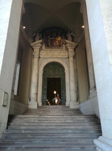 La vista lateral de uno de los corredores de la Basilica de San Pedro