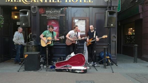 The Luna boys afuera de The Mercantile