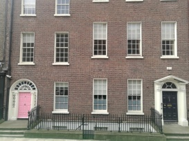 Las casas con las puertas pintadas en el color que quieren