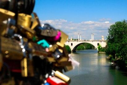 Los candados que están sobre Ponte Milvio viendo hacia Ponte Flaminio